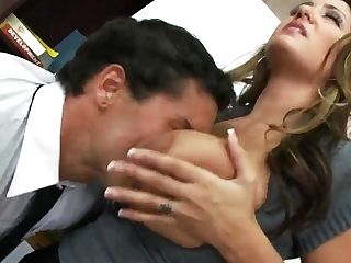 Booty Office Employee Pleases Her Chief With Her Mouth